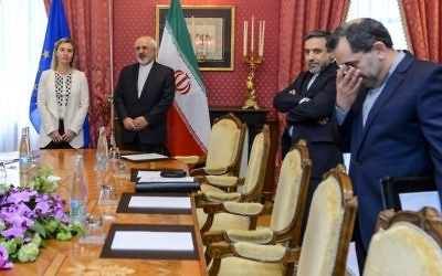 La cheffe de la politique étrangère de l'UE, Federica Mogherini (à gauche), avec le ministre iranien des Affaires étrangères Mohammad Javad Zarif (2ème à gauche) et le vice-ministre iranien des Affaires étrangères Abbas Araqchi (2ème à droite) lors des négociations pour l'accord sur le programme nucléaire iranien à Lausanne, en Suisse, le 29 mars 2015 (Crédit : Fabrice Coffrini/AFP)