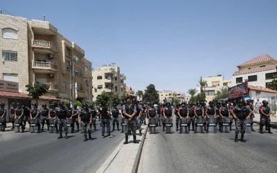 Déploiement des forces de sécurité jordaniennes avant une manifestation devant l'ambassade israélienne à Amman, le 28 juillet 2017. (Crédit : Khalil Mazraawi/AFP)