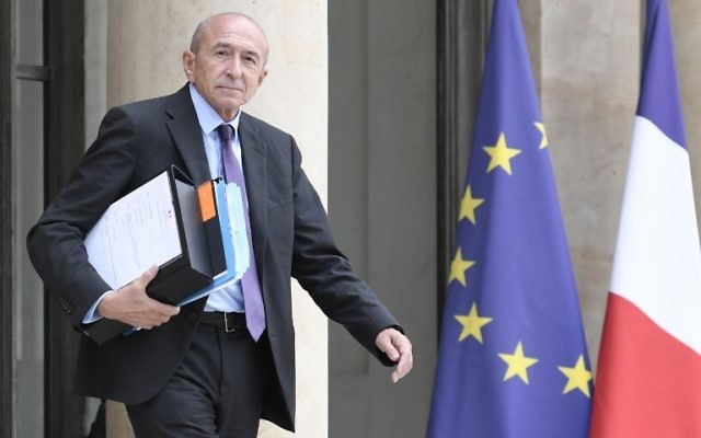 Gérard Collomb, ministre français de l'Intérieur, devant l'Elysée, le 2 août 2017. (Crédit : Stéphane de Sakutin/AFP)