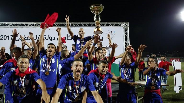 Les joueurs de l'équipe gazaouie du Shabab Rafah après leur victoire en finale de la Coupe palestinienne au stade de Dura, près de Hébron, en Cisjordanie, le 4 août 2017. (Crédit : Hazem Bader/AFP)