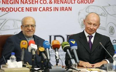 Thierry Bolloré, à droite, numéro 2 de Renault, et Mohammad Reza Nematzadeh, ministre iranien de l'Industrie, en conférence de presse à Téhéran, le 7 août 2017. (Crédit : Atta Kenare/AFP)