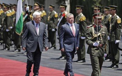 Le roi Abdallah II de Jordanie, à droite, avec le président de l'Autorité palestinienne Mahmoud Abbas à son arrivée à Ramallah, en Cisjordanie, le 7 août 2017. (Crédit : Ahmad Gharabli/AFP)