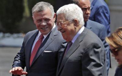 Le roi Abdallah II de Jordanie, au centre, avec le président de l'Autorité palestinienne Mahmoud Abbas à son arrivée à Ramallah, en Cisjordanie, le 7 août 2017. (Crédit : Ahmad Gharabli/AFP)