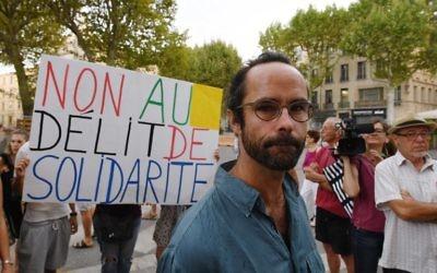 Cédric Herrou devant le tribunal d'Aix-en-Provence, pendant son procès pour avoir aidé des migrants, le 8 août 2017. (Crédit : Boris Horvat/AFP)