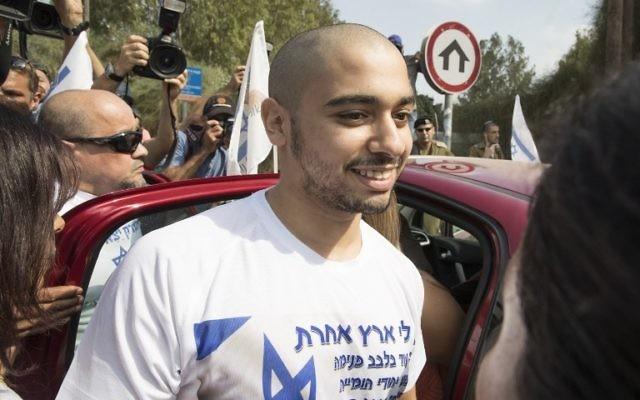 L'ancien soldat Elor Azaria à son arrivée à la prison militaire de Tsrifin, à Rishon Lezion, le 9 août 2017. (Crédit : Jack Guez/AFP)