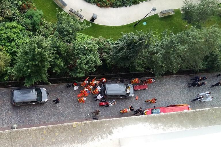 Secouristes et forces de l'ordre rassemblés après qu'un véhicule a renversé six soldats à Levallois-Perret, en région parisienne, le 9 août 2017. (Crédit : Thierry Chappé/AFP)
