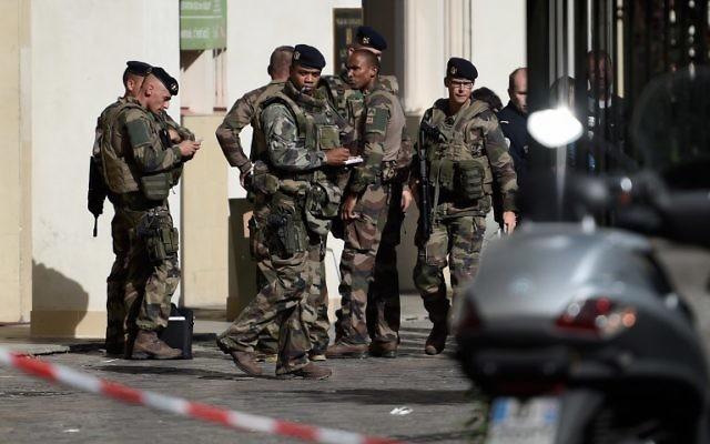 Soldats français déployés sur les lieux où un véhicule a renversé six soldats à Levallois-Perret, en région parisienne, le 9 août 2017. (Crédit : Stéphane de Sakutin/AFP)
