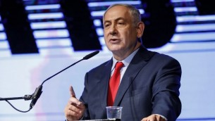 Le Premier ministre Benjamin Netanyahu pendant un rassemblement du Likud pour le soutenir, à Tel Aviv, le 9 août 2017. (Crédit : Jack Guez/AFP)