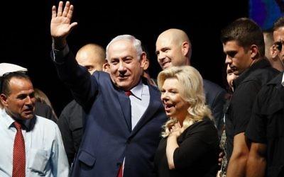 Le Premier ministre Benjamin Netanyahu, au centre, avec son épouse Sara, pendant un rassemblement du Likud pour le soutenir, à Tel Aviv, le 9 août 2017. (Crédit : Jack Guez/AFP)