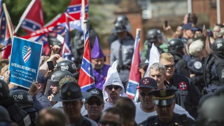 Membres du Ku Klux Klan et d'autres associations avant un rassemblement appelant à la protection des monuments confédérés à Charlottesville, en Virginie, le 8 juillet 2017. (Crédit : Andrew Caballero-Reynolds/AFP)