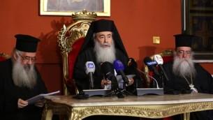 Théophile III, au centre, patriarche grec orthodoxe de Jérusalem, pendant une conférence de presse à Amman, la capitale de Jordanie, le 12 août 2017. (Crédit : Khalil Mazraawi/AFP)