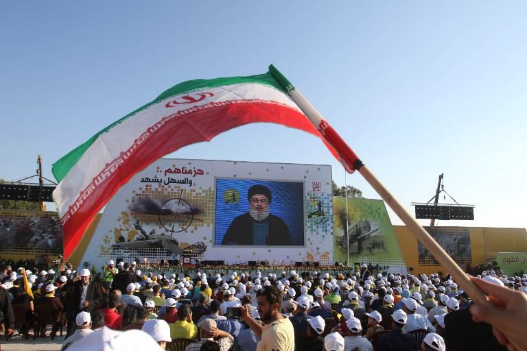 Des partisans du groupe terroriste chiite libanais du Hezbollah pendant un évènement commémorant les 11 ans de la fin de la 2e guerre du Liban avec un discours télévisé d'Hassan Nasrallah, à Khiam, dans le sud du Liban, le 13 août 2017. (Crédit : Mahmoud Zayyat/AFP)