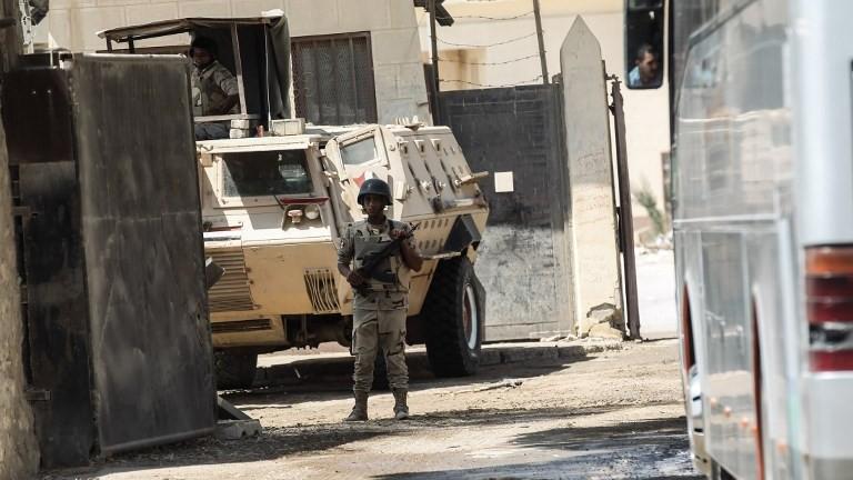 Forces de sécurité égyptiennes au poste-frontière de Rafah, à la frontière avec la bande de Gaza, le 14 août 2017. (Crédit : Said Khatib/AFP)