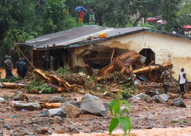 Inondations dévastatrices qui ont fait plus de 300 morts près de Freetown, la capitale de la Sierra Leone, le 14 août 2017. (Crédit : Saidu Bah/AFP)