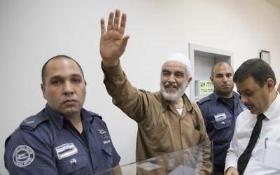 Raëd Saleh, au centre, à son arrivée devant l cour des magistrats de Rishon Lezion, le 15 août 2017. (Crédit ; Jack Guez/AFP)