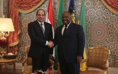 Le président égyptien Abdel Fattah al-Sissi, à gauche, avec son homologue gabonais, Ali Bongo Ondimba, à Libreville, le 16 août 2017. (Crédit : Steve Jordan/AFP)
