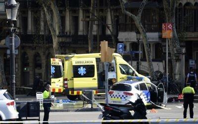 La police et du personnel médical sur les lieux d'une attaque au camion-bélier sur la Rambla à Barcelone, le 17 août 2017 (Crédit : AFP / Josep LAGO)