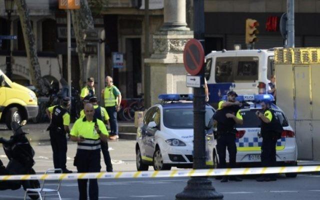 La police et du personnel médical sur les lieux d'une attaque au camion-bélier sur la Rambla à Barcelone, le 17 août 2017. (Crédit : Josep Lago/AFP)