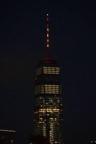 Les lumières du One World Trade Center se sont allumées aux couleurs du drapeau espagnol pour commémorer les victimes de l'attentat terroriste de Barcelone, le 17 août 2017, New York, Etats-Unis (Crédit : AFP / Bryan R. Smith)