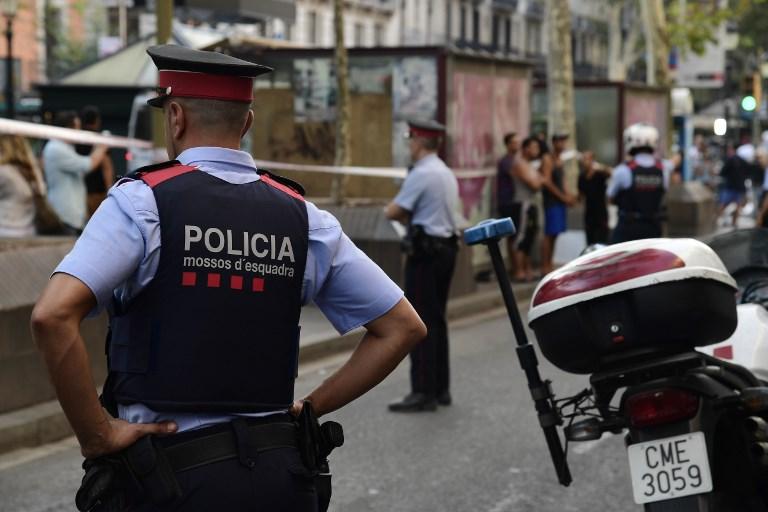 Des policiers espagnols montent la garde sur Las Rambla à Barcelone, le 18 août 2017. (Crédit : AFP PHOTO / JAVIER SORIANO)