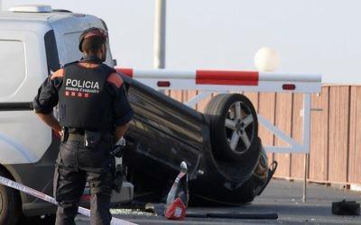 Un policier près de la voiture impliquée dans l'attentat terroriste de Cambrils, à 120 kilomètres en sud de Barcelone, le 18 août 2017. (Crédit : AFP PHOTO / LLUIS GENE)