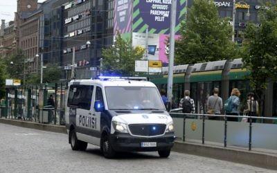 La police finlandaise patrouille à Helsinki, après une attaque au couteau à Turku, le 18 août 2017 (Crédit : AFP PHOTO / Lehtikuva / Linda MANNER / Finland OUT)