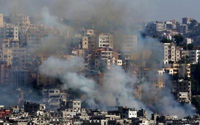 Aïn Héloué, le plus grand camp de réfugiés palestiniens du Liban, pendant des affrontements entre forces palestiniennes et combattants islamistes, le 19 août 2017. (Crédit : Mahmoud Zayyat/AFP)