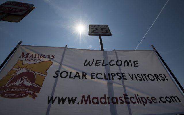 Un panneau accueille les visiteurs venus assister à une éclipse solaire à Madras, dans l'Oregon, le 19 août 2017. La ville se prépare à l'éclipse solaire totale qui sera visible dans tout le continent américain.  (Crédit :  STAN HONDA/AFP PHOTO )