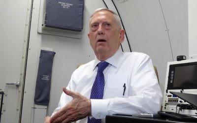 James Mattis, secrétaire d'Etat américain à la Défense, dans l'avion pour la Jordanie, le 20 août 2017. (Crédit : Paul Handley/AFP)