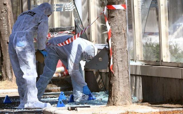 La police scientifique française inspecte le lieu où une voiture a percuté un piéton à Marseille  (Crédit: AFP PHOTO / Boris HORVAT)