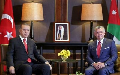 Le roi Abdallah II de Jordanie, à droite, avec le président turc Recep Tayyip Erdogan au palais royal d'Amman, le 21 août 2017. (Crédit : Khalil Mazraawi/AFP)