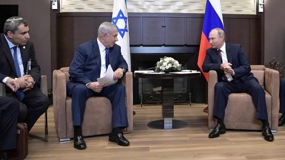 Zeev Elkin, à gauche, ministre du Likud, avec le Premier ministre Benjamin Netanyahu, deuxième à gauche, et le président russe Vladimir Poutine, à droite, lors d'une réunion à Sotchi, le 23 août 2017. (Crédit : Alexey Nikolsky/Sputnik/AFP)