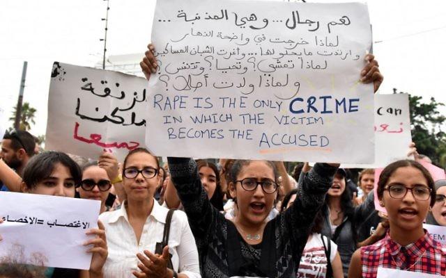 Manifestation contre les violences sexuelles faites aux femmes à Casablanca, au Maroc, le 23 août 2017. (Crédit : STRINGER/AFP)