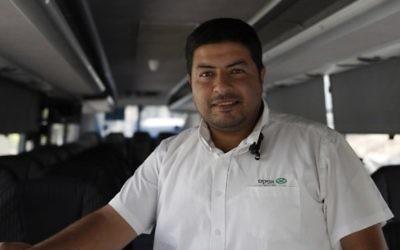 Ramadan Jamjoum, chauffeur de bus originaire de Jérusalem Est, le 24 août 2017. (Crédit : Ahmad Gharabli/AFP)