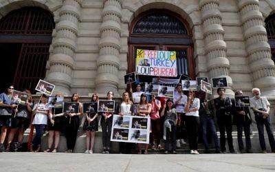 Mobilisation de soutien à Loup Bureau, journaliste français détenu en Turquie et libéré depuis, devant la mairie du 4e arrondissement de Paris, le 23 août 2017. (Crédit : Thomas Samson/AFP)