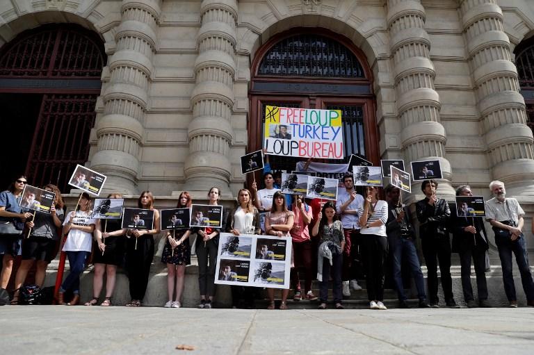 Mobilisation de soutien à Loup Bureau, journaliste français détenu en Turquie, devant la mairie du 4e arrondissement de Paris, le 23 août 2017. (Crédit : Thomas Samson/AFP)