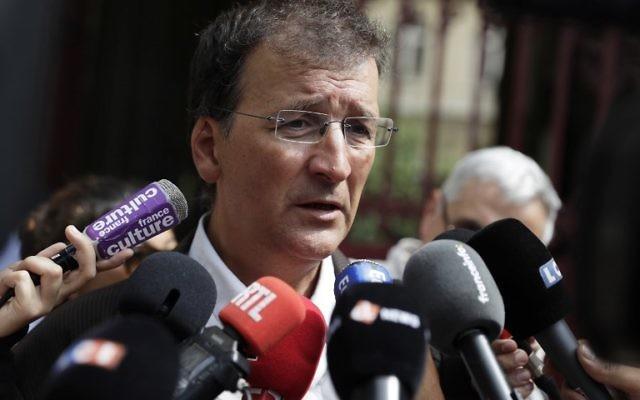 Loic Bureau, le père de Loup Bureau, pendant une mobilisation de soutien au journaliste français détenu en Turquie, devant la mairie du 4e arrondissement de Paris, le 23 août 2017. (Crédit : Thomas Samson/AFP)
