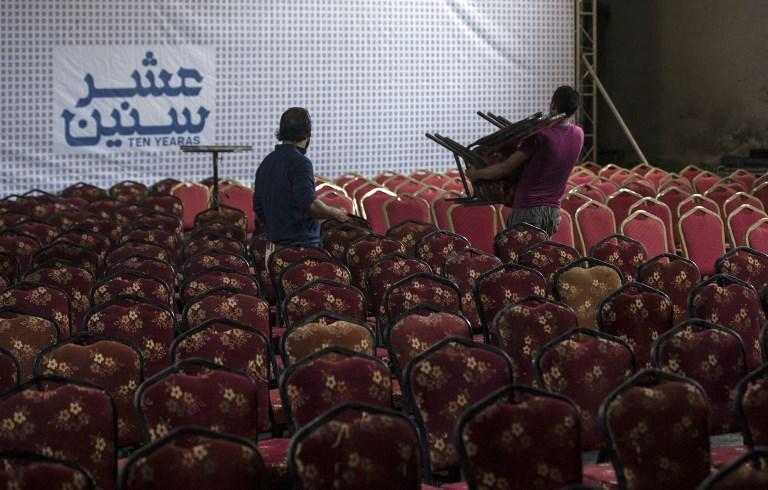 """Des Gazaouis préparent la projection de """"Dix ans"""" au cinéma Samer de Gaza Ville, le 26 août 2017. (Crédit : Mahmud Hams/AFP)"""