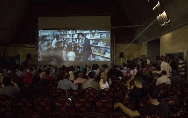 """Des Gazaouis pendant la projection de """"Dix ans"""" au cinéma Samer de Gaza Ville, le 26 août 2017. (Crédit : Mahmud Hams/AFP)"""
