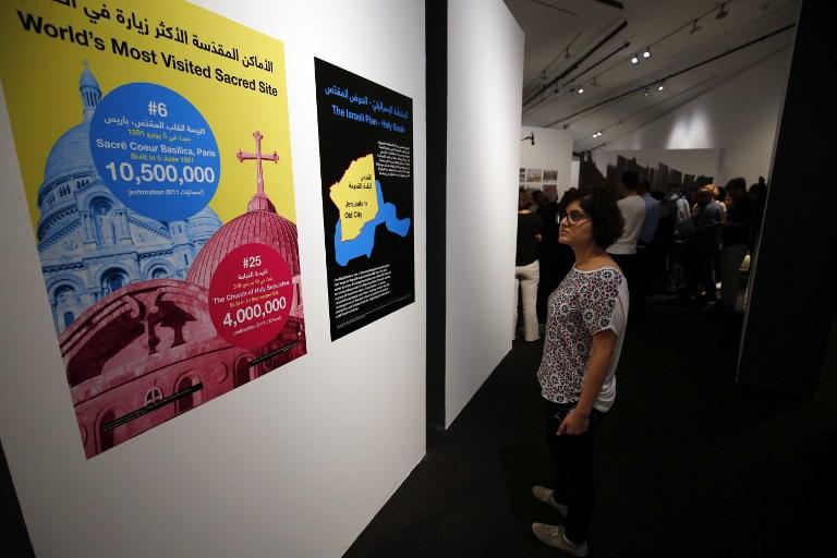 """Affiches présentées par l'exposition """"Jérusalem vit"""" du musée palestinien, à Bir Zeit, près de Ramallah, le 26 août 2017. (Crédit : Abbas Momani/AFP)"""