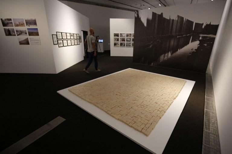 """Une installation """"La Palestine après Oslo"""" pour l'exposition """"Jérusalem vit"""" du musée palestinien, à Bir Zeit, près de Ramallah, le 26 août 2017. (Crédit : Abbas Momani/AFP)"""