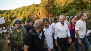 """Kemal Kiliçdaroglu, au centre, dirigeant du principal parti d'opposition de Turquie, pendant son """"Congrès de la Justice"""", à Canakkale, le 27 août 2017. (Crédit : Ozan Kose/AFP)"""