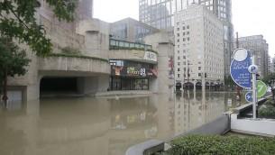 Un quartier du centre de Houston, Texas, inondé après le passage de l'ouragan Harvey, le 27 août 2017. (Crédit : Thomas B. Shea/AFP)