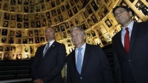 Le secrétaire-général des Nations unies Antonio Guterres, au centre, et l'ambassadeur israélien à l'ONU Danny Danon, à droite, visitent le musée du mémorial de l'Holocauste de Yad Vashem le 28 août 2017 (Crédit : Menahem Kahana/AFP Photo)