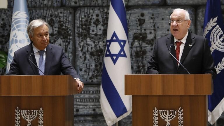 Le Président Reuven Rivlin, à droite, et le secrétaire-général Antonio Guterres s'expriment devant les journalistes avant leur rencontre à la résidence du président de Jérusalem, le 28 août 2017 (Crédit : Gali Tibbon/AFP Photo)
