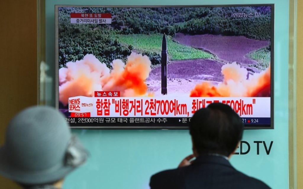 Lancement d'un missile nord-coréen vu à la télévision sud-coréenne, dans une station de métro de Séoul, le 29 août 2017. (Crédit : Jung Yeon-Je/AFP)