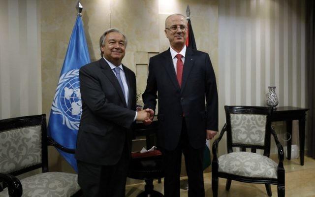 Antonio Guterres, à gauche, secrétaire général des Nations unies, avec le Premier ministre de l'Autorité palestinienne Rami Hamdallah, à Ramallah, en Cisjordanie, le 29 août 2017. (Crédit : Mohamad Torokman/Pool/AFP)