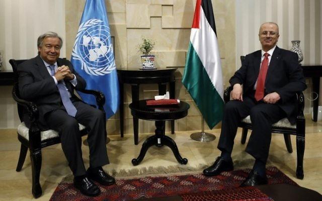 Le secrétaire-général des Nations unies Antonio Guterres, à gauche, rencontre le Premier ministre de l'Autorité palestinienne  Rami Hamdallah, à droite, dans la ville de Ramallah, en Cisjordanie, le 29 août 2017 (Crédit :  Mohamad Torokman/Pool/AFP PHOTO)