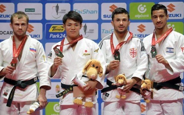 De gauche à droite, le russe Mikhail Puliaev, le japonais Hifumi Abe, le géorgien  Vazha Margvelashvili et l'israélien  Tal Flicker sur le podium durant la cérémonie de remise des médailles aux Championnats du monde de Judo à Budapest, le 29 août 207 (Crédit :  Attila Kisbenedek/AFP Photo)