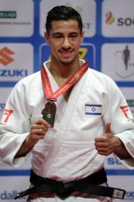 Tal Flicker montre sa médaille de bronze durant une cérémonie organisée lors des championnats du monde de judo de Budapest le 29 août 2017 (Crédit : Attila Kisbenedek/AFP PHOTO)